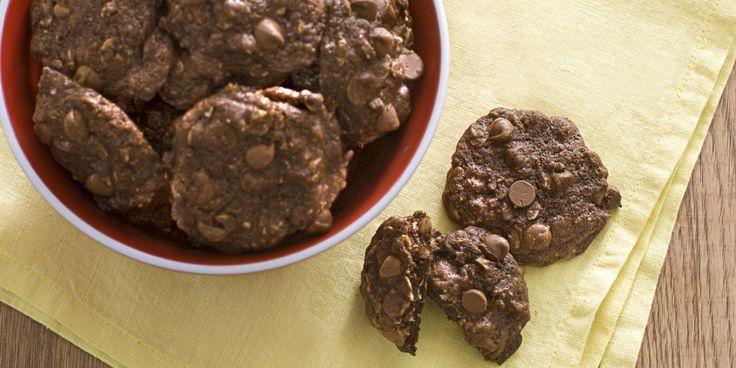 Vous aimez l'odeur des biscuits au gruau sortant du four, mais les raisins secs ne font pas votre bonheur. Et les biscuits au gruau nature sont seulement… nature. Ajouter-leur des brisures de chocolat et des noix, et vous réinventez les biscuits au gruau à votre goût.