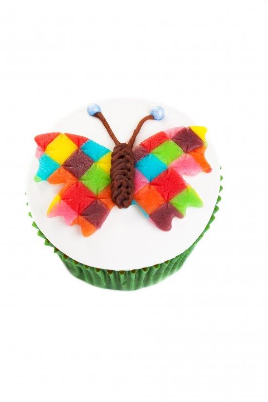 Door een matje te maken van gekleurde stukjes en daar een mooie #vlinder uit te steken, maak ook jij deze mooie #cupcake met een #patchwork vlinder.