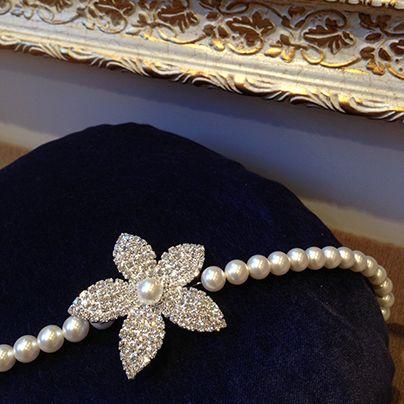 İnci ile Swarovski kristalleri arasında kararsız kalan gelinler için Rita Mode muhteşem bir ürün sunuyor. Hem göz alıcı hem de zarif duran saç bandı düğünden sonra özel davetlerde de kullanılabilir.
