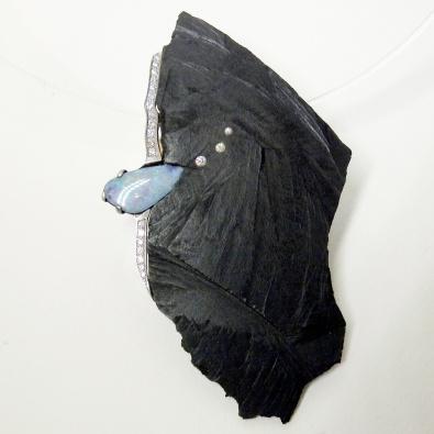 Atelier Symbiose, Perpignan (France) (Eliane Amalric & Thierry Arabia) Pendentif opale, ébène,  or blanc, diamants.    Pièce unique
