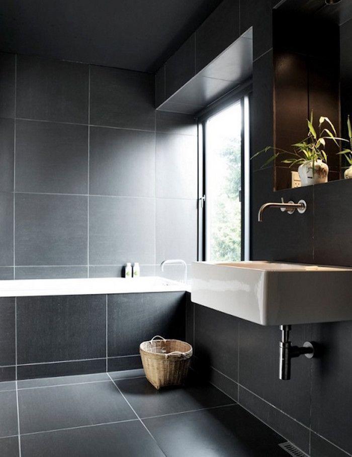 Salle De Bain Avec Carrelage Gris Anthracite Sombre Sur Sol Et Murs Avec Lavabo Carre Susp Bathroom Design Black Bathroom Inspiration Grey Black Tile Bathrooms