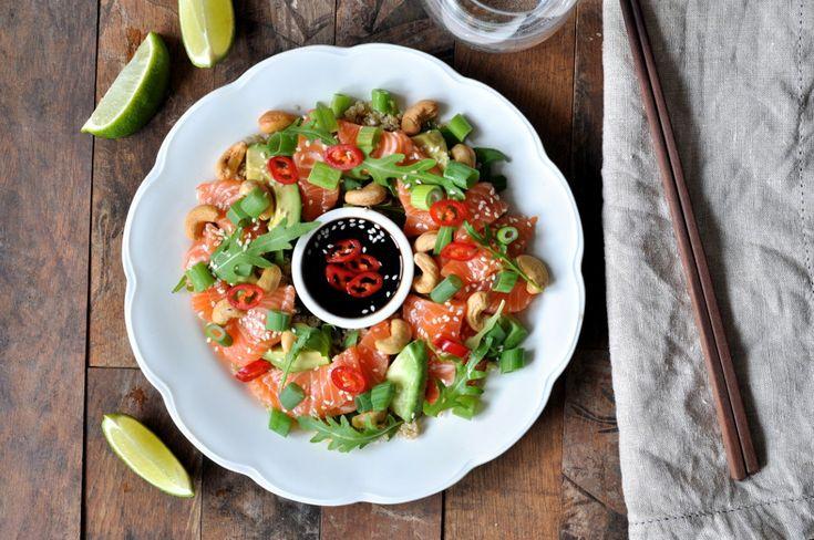 Sashimisalat med laks, quinoa og teriyakisaus er lagd i en fei og den smaker utrolig godt.