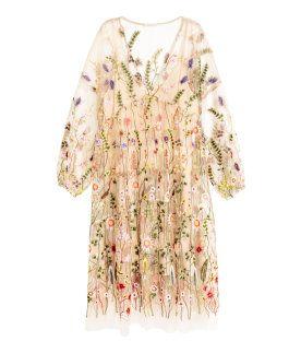 H&M presenterar Spring Fashion, en kollektion med allt från den blommiga klänningen till den beiga blusen, gröna kjolen och prickiga klänningen.