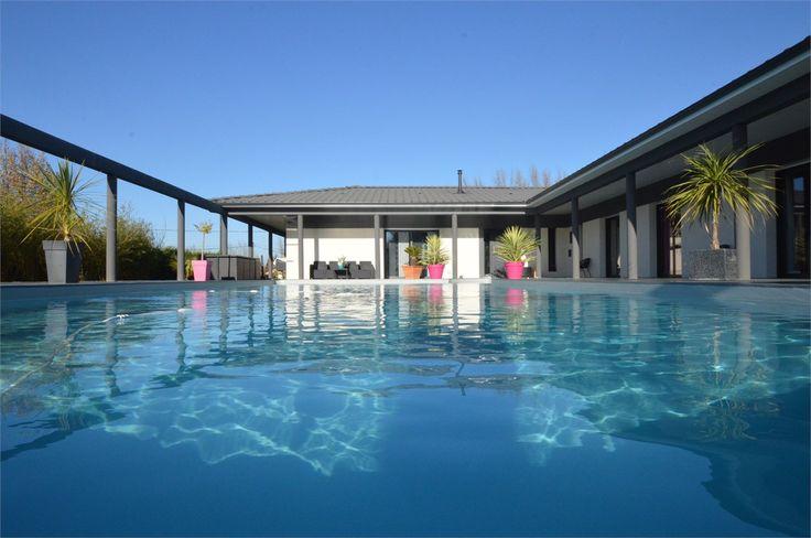 Maison contemporaine à vendre chez Capifrance à Bonnetan.    A seulement 20 mn de Bordeaux, venez à la découverte de cette jolie propriété remplie de charme de 300 m².    Plus d'infos > Grégory Campos, conseiller immobilier Capifrance.