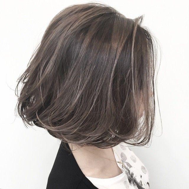 """外国人のような髪質に近づけるハイライトカラーを使い、立体感とくせ毛風のニュアンスを引き出します☆透明度の高いアッシュ系カラーを上手に使うことで、""""周りと差がつくオシャレ感""""が得られます。何気なく選んだ今日の洋服がグンっと""""こなれて見えるワンランク上のオシャレ感""""がプラス"""