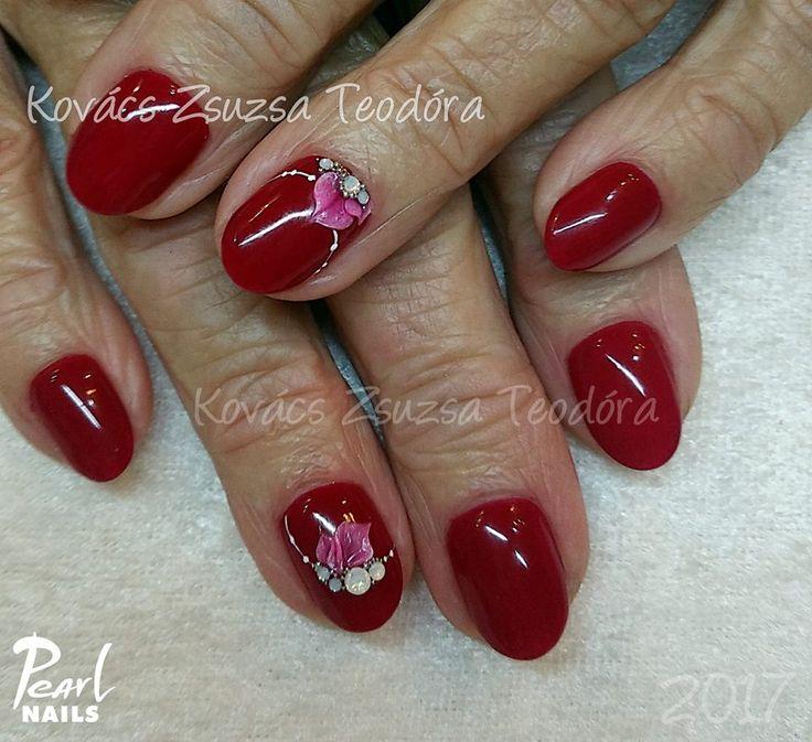 Piros körmök Plastiline zselés díszítéssel / Red nails with Plastiline gel decoration. A körmökhöz felhasznált anyagok/Nails made with 401 PearLac Classic gel, 029 Plastiline Gel, Extreme White Gel.