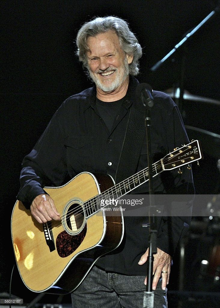 musician-kris-kristofferson-performs-on-stage-during-the-i-walk-the-picture-id56012187 (732×1024)