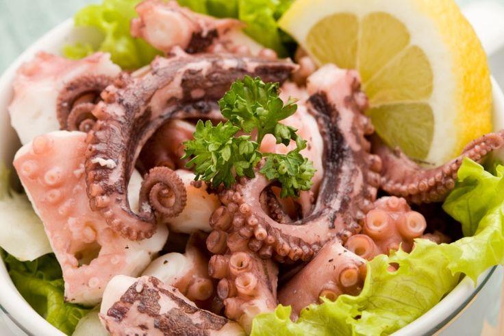 Большинство морепродуктов нужно отваривать очень быстро. Но только не осьминога. Мясо этого головоногого нужно отбить и долго варить. Тогда осьминог будет мягким.