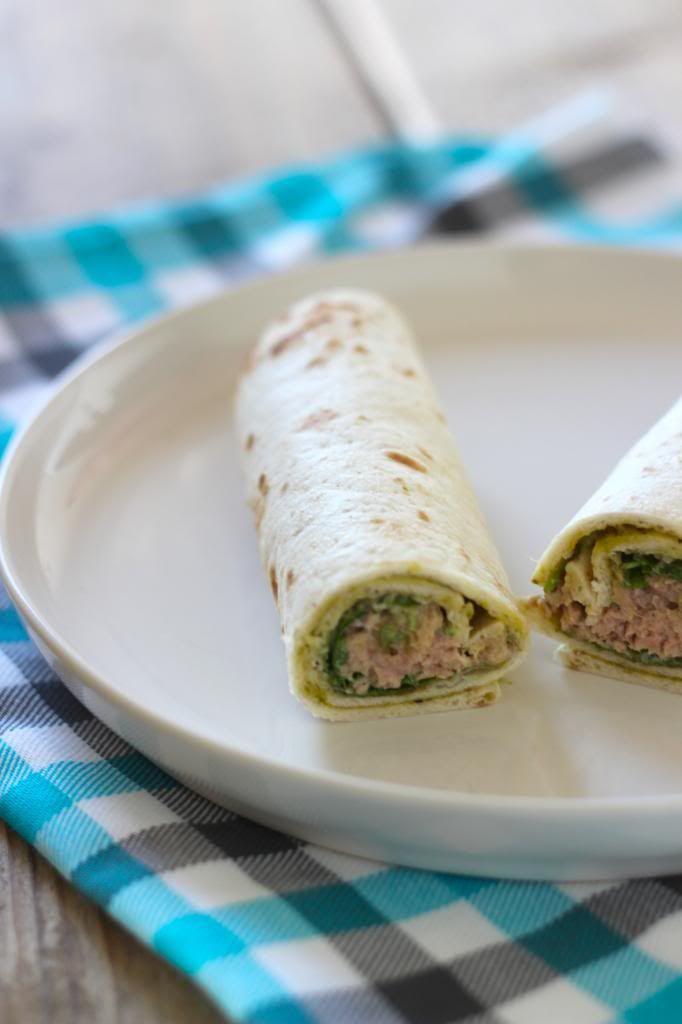Wrap met tonijn, pesto, rood uitje, mayonaise en rucola