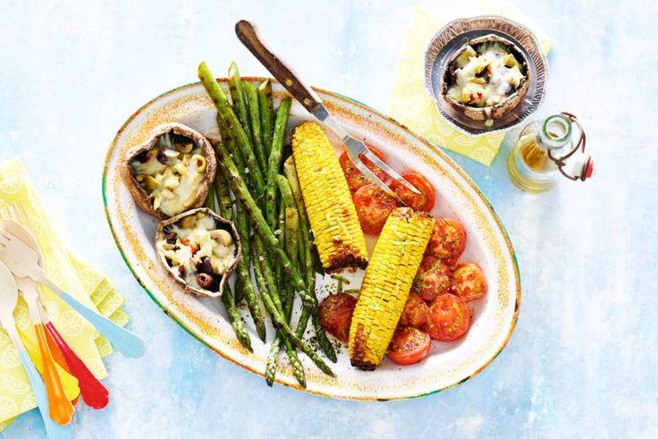 Lekker bij de barbecue: deze schotel van geroosterde groenten, kaas en olijven. - recept - Allerhande