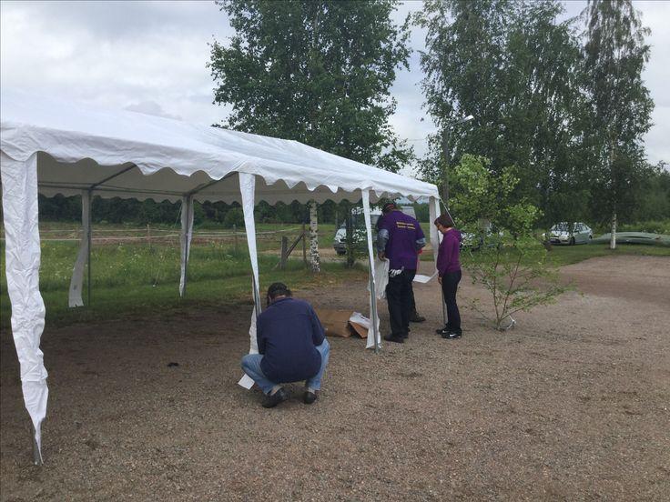 Riitialan kyläyhdistys juhlateltan pystyttämisessä 17.6.16