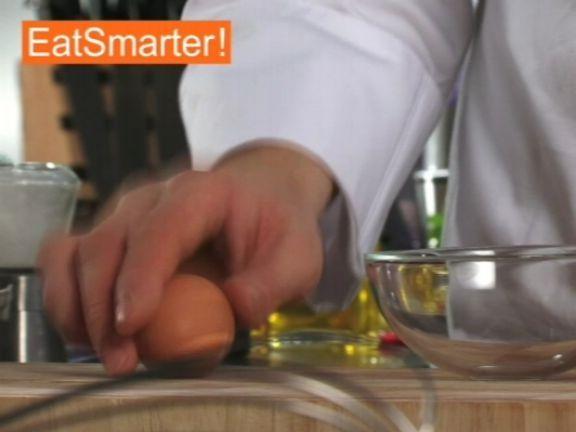 Mit diesem Trick lassen sich hartgekochte Eier im Handumdrehen pellen! EAT SMARTER zeigt Ihnen wie es geht. Jetzt Video ansehen!