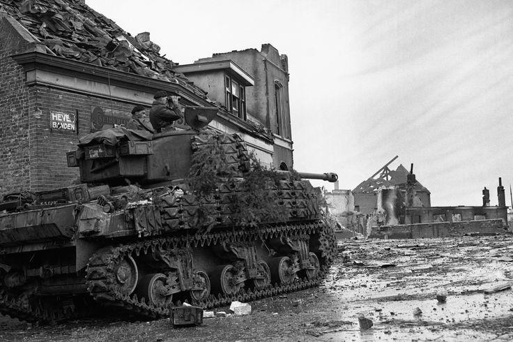 Een Poolse Shermantank in Moerdijk, vlakbij de haven en de oevers van het Hollands Diep. Het is 9 november 1944. De Duitsers verdedigen de haven tot aan hun dood.