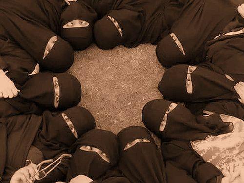 aarabelle:  jilbabstyle:  A circle of niqabi