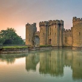 Il castello di Bodiam risale al XIV secolo e si trova nei pressi di Robertsbridge, un piccolo villaggio dell'East Sussex, in Inghilterra. Pensa che si trova al centro di un fossato completamente colmo d'acqua!