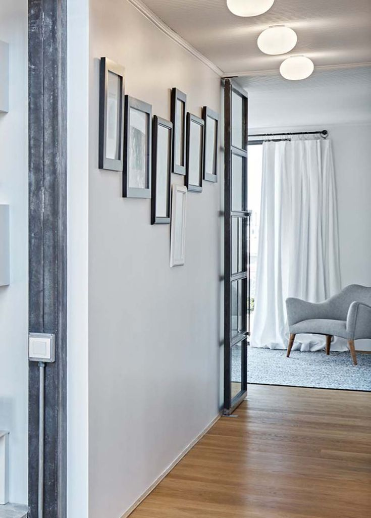 Le couloir qui sépare cet appartement avec vue sur la vieille ville, en deux menant vers les chambres