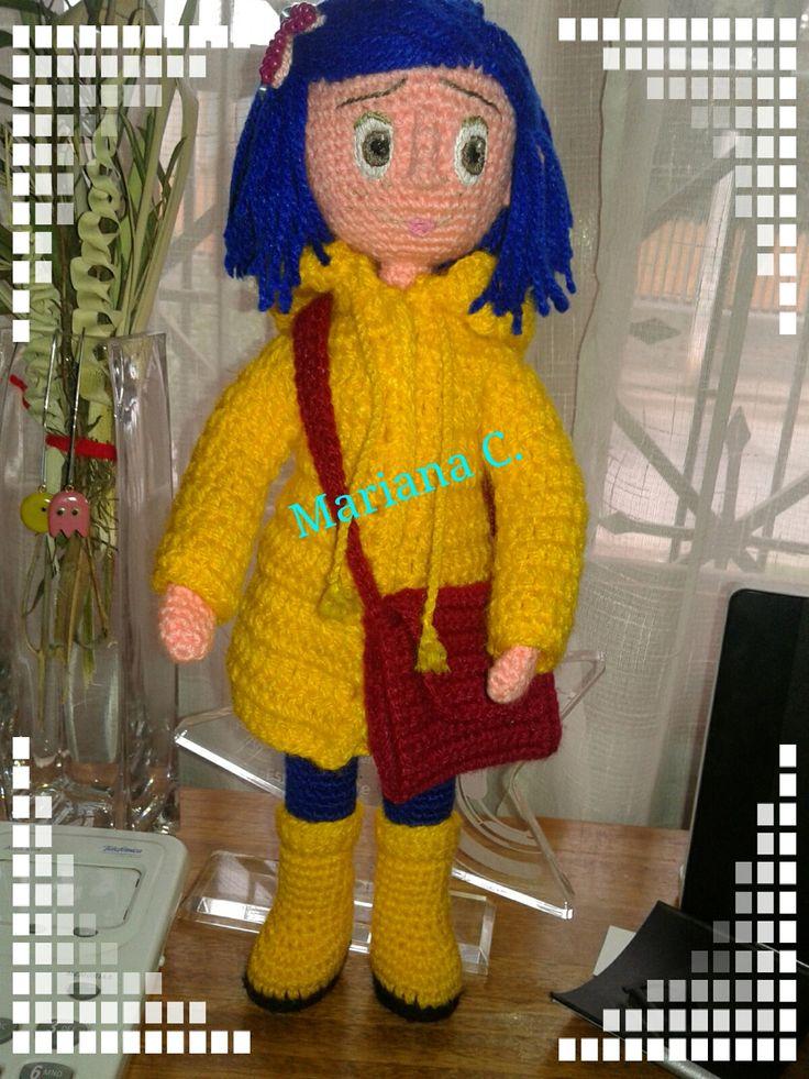 Versión de Coraline de la película animada.. Totalmente a crochet y articulada... Ojos, cejas y boca bordadas... Patrón propio.