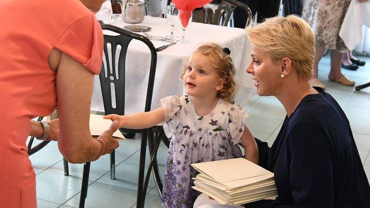 Charlene och hennes tvillingar hälsade på äldreboende i augusti 2017.