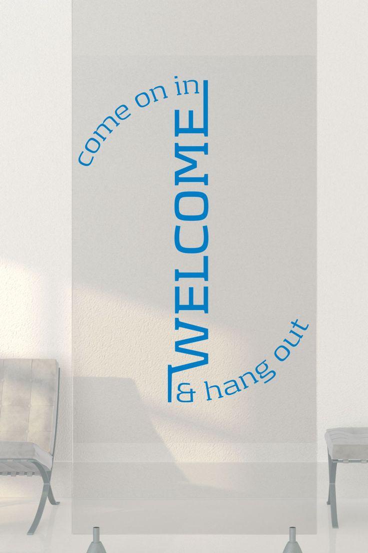 Ein Wandtattoo Willkommen begrüßt deine Besucher und Gäste mit einer persönlich gestalteten Einladung zum Hereinkommen und Wohlfühlen. Konzipiert für den Eingangsbereich, den Empfang, Diele oder Flur.