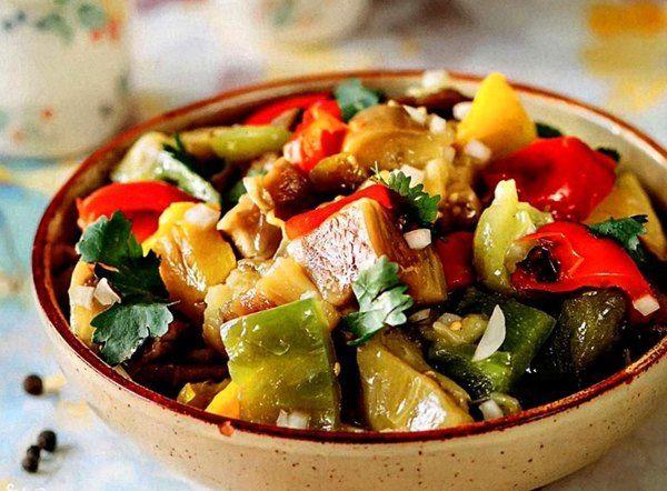 Попробуйте этот очень вкусный и полезный теплый салат из печеных овощей, как самостоятельное постное блюдо или гарнир к рыбе и мясу.