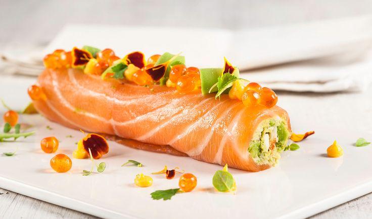 rollo-de-salmon-ahumado-relleno-de-crema-de-aguacate-cangrejo-real-y-mayonesa-de-aji-amarillo