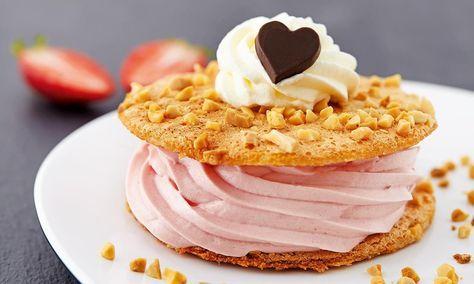 Fragilite med jordbærmousse, jordbær og mandelknas: Dessert til den søde tand. - Se de lækre opskrifter fra Dr. Oetker.