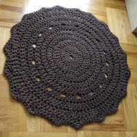 Dywan brązowy, okrągły o średnicy 95cm.