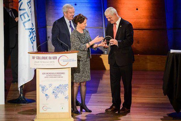 Le 12 février à l'Unesco Ségolène Royal, la ministre française de l'Ecologie, du Développement durable et de l'Energie, a remis le Trophée 2015 des EnR (Energies Renouvelables) à Monsieur Alpidio Armas, le président de l'administration insulaire d'El Hierro et de sa novatrice centrale hydro-éolienne. Voici également une version de cet événement en espagnol. C'est le …