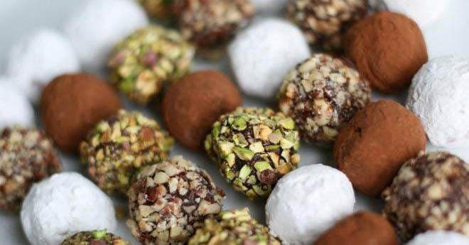 Ингредиенты: 1 банка или пачка детской смеси любой (850 г), 1 упаковка сливочного масла (450 г), кокос сухой мелко наструганный (180 г), готовые шоколадные мелкие шарики для украшения тортов или мелко разбитые орехи, стаканчики вафельные для мороженного или кокосовая стружка, шоколад для поливки конфет. Как приготовить пошагово: Мне всегда эти конфетки напоминали наши советские «Раздолье». Ну а как их любят детки, сами убедитесь, мои просто обожают. Почему использую любую смесь: потому что…