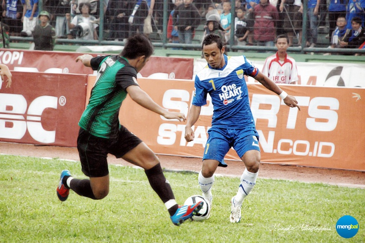 Persib vs Persiwa : Persib's skipper Atep dribbled down the left flank and tried to past the opponent.