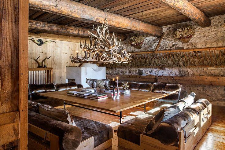 Mountain Chalet, soggiorno chalet con lampadario di corna di cervo, Fabrizio…