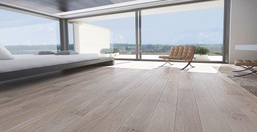 DĄB TOUCH - Szeroka, jednopasmowa deska dębowa, barwiona na odcień popielu i pokryta lakierem matowym. Struktura drewna podkreślona szczotkowaniem. Dwustronne fazowanie optycznie wydłuża deskę i podkreśla jej naturalny wygląd.