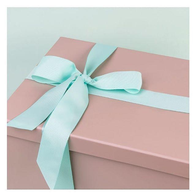 ما أجمل صناديق الهدايا من فرحي ملفوفة بطريقة أنيقة جدا و مناسبة لتهديها لصديقة لطلب هذا المنتج اضغطي على الرابط في Bridal Packages Instagram Photo And Video