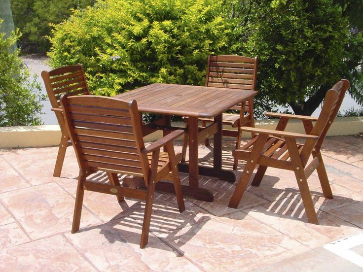 Деревянные садовые стулья нужно защищать от воздействия влаги