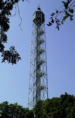 """Torre Branca - All'interno del Parco Sempione è una struttura metallica alta 108 m, che sorge accanto alla Triennale. Denominata Littoria, fu costruita in occasione della 5a Mostra Triennale delle Arti Decorative su progetto di Giò Ponti e venne inaugurata il 10 agosto 1933. E' stata riaperta al pubblico nel1997, dopo il restauro effettuato dalla società """"Fratelli Branca"""".  L'ascensore consente di salire lungo i 99 m in circa 90 secondi sino al belvedere per una visione panoramica della…"""