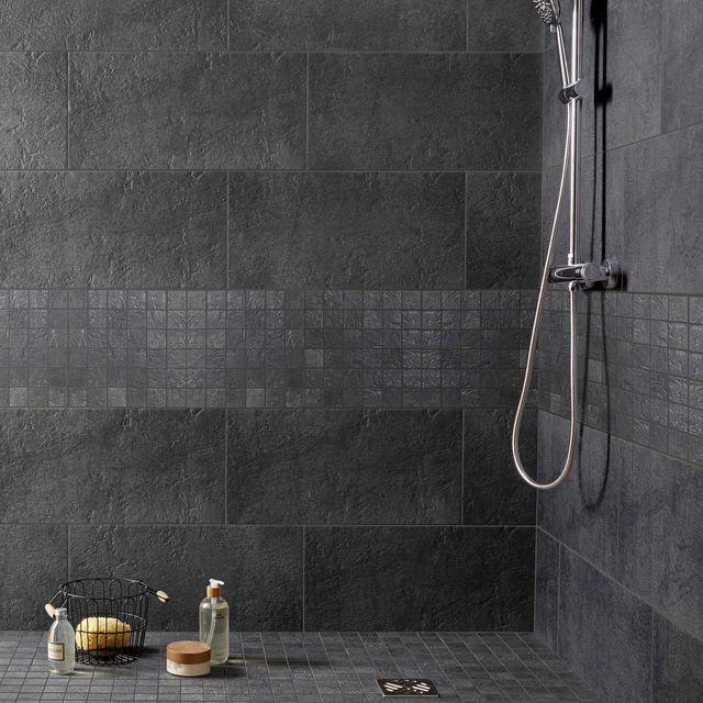 Matériau phare de la salle de bains, le carrelage s'affiche sur les murs comme au sol. Carrelage sol et mur anthracite, Vestige l.30 x L.60 cm. Pâte blanche. Epaisseur carrelage : 9.5 mm. 26,95 euros/m2. Leroy Merlin.