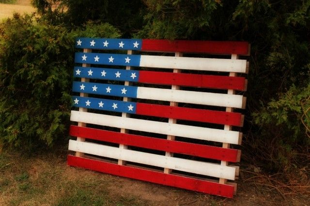 what a great idea!! Pallet for a flag! From A lovely place to land .com