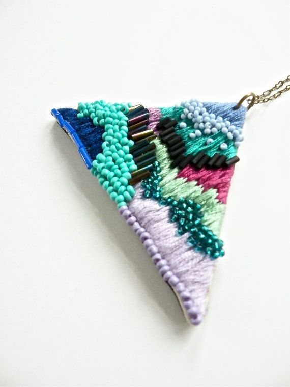 Collier Triangle brodé à la main / pourpre Violet par jujujust