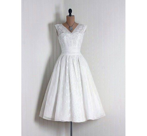 Une robe de mariée blanche courte