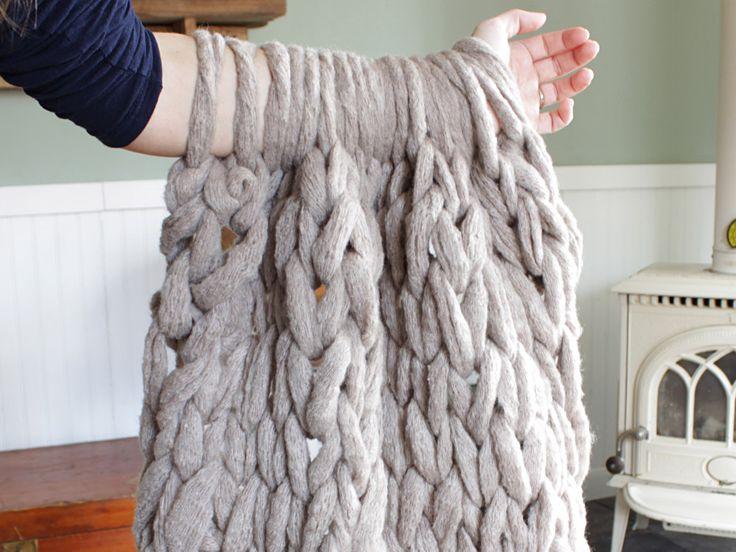 Gillar du att sticka? Bloggaren Simply Maggie visar här hur man stickar en värmande filt på bara 45 minuter. Allt du behöver är ett riktigt tjockt garn och dina egna armar. Se beskrivning i...