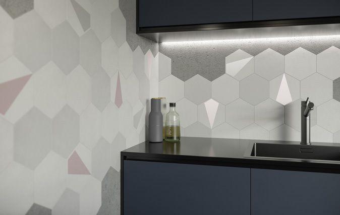 Esagon Mono to mix pudrowych kolorów, które stanowią tegoroczny hit idealnie pasują do nowoczesnych, op-artowych wnętrz inspirowanych latami 60. Delikatna kolorystyka świetnie łączy się zarówno z białą płytką, jak i elementami drewnianymi, czy cementowymi. Esagon Linum to z kolei inspiracja płótnem. geometria I styl I łazienka I salon I kuchnia | wnętrze I architektura I bathroom I kitchen I living room I inspiration I geometry | geometric I ceramic | ceramic tiles | style | modern…