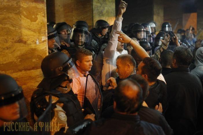 """Жители Скопье против диктатуры албанцев http://feedproxy.google.com/~r/russianathens/~3/hYc3R3_VFr8/21059-zhiteli-skope-protiv-diktatury-albantsev.html  В столицеСкопье две сотни протестующих, которые являются сторонниками экс-премьера Николы Груевски, ворвались в здание парламента, сообщает Reuters. Люди выступили против избрания спикером парламента этнического албанца, лидера """"Демократического союза за интеграцию"""" Талата Хафери."""