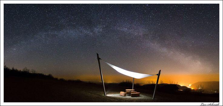 Die Wetteraussichten für diese Nacht sahen gut und ein kurzer Check der Wetterlage um 2:00 Uhr sagte einen klaren Himmel an. (Den Fehler, bei leichter Bewölkung loszufahren, mache ich nicht noch einmal.) Bis zum Monduntergang gegen 3:00 Uhr war noch Zeit und ich stand pünktlich auf dem Berg, um alles aufzubauen und die Fotos zu machen, bevor die astronomische Dämmerung wieder einsetzte. Leider lag das Zentrum der Milchstraße hier rechts im Bild, wo die Lichtverschmutzung am größten ist. Aber…