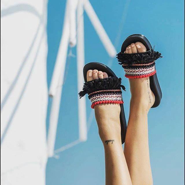 Our summer sneaker 👣 #slides > http://bit.ly/2tIHnFs #newin #helmistyle