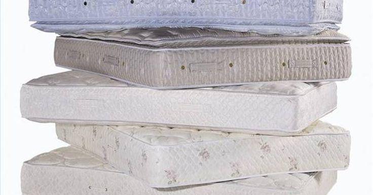 Cómo deshacerte del moho en un colchón. El moho es una espora que prospera donde hay oscuridad y humedad combinadas. Muchas formas de moho pueden ser peligrosas para tu salud ya que causan estragos en tu sistema respiratorio que deben ser atendidos de inmediato. El Moho en un colchón puede ser especialmente perjudicial. Puede ser tan simple como ir a la cama con el pelo mojado para que ...