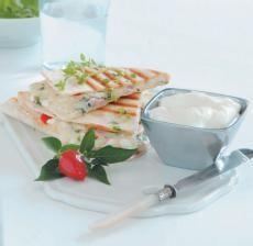 Zapečené tortilly se sýrem:Eidam nastrouhejte na hrubším struhadle. Pak přidejte pokrájenou šunku, cottage sýr a jemně sekanou petrželku. Směs promíchejte a dochuťte solí, pepřem. Naplňte tortilly a krátce je zapečte v troubě či opečte na pánvi a podávejte horké se zakysanou smetanou. Tip: Tortilly můžete jednoduše a rychle rozpéct i v toustovači. Pro zpestření chuti nahraďte šunku slaninou.