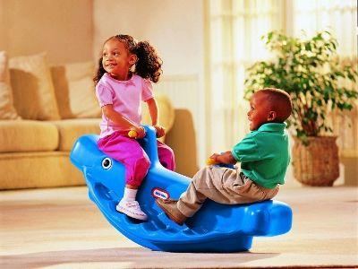 Questo grazioso giocattolo, da utilizzare in casa o in giardino, porta 1, 2 o 3 bambini. La sua struttura è compatta, semplicissima da pulire ed ha grosse maniglie facili da impugnare.  La base ampia offre riparo ai piedini.
