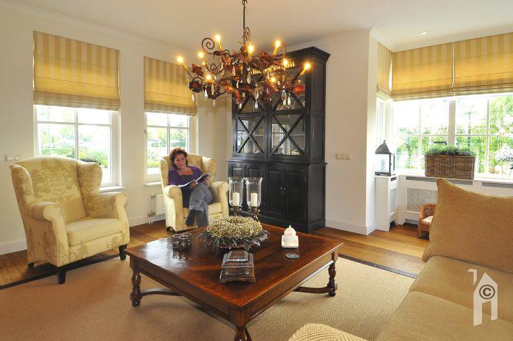 Grote woonkamer die volop baadt in het licht van de brede uitbouw op de zonkant