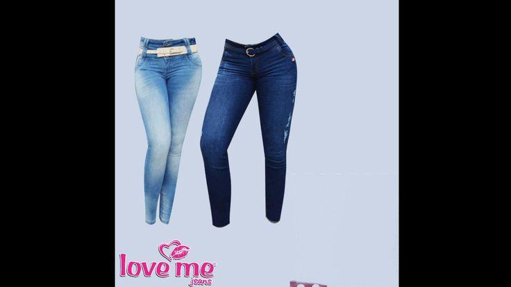 Las botas largas siguen dando de que hablar, pero esta vez las favoritas son las de color rojo vino. Atrévete a llevarlas con unos jeans muy entubados, claritos u oscuros, cualquiera le favorece.