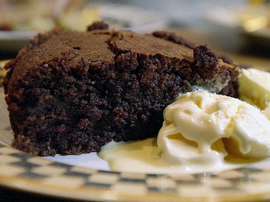 Rik sjokoladekake med nøtter og fiken